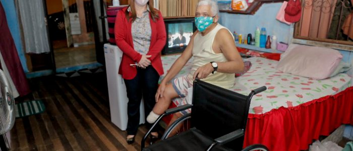 Governo entrega cadeira de rodas doada por Rotary a deficiente físico